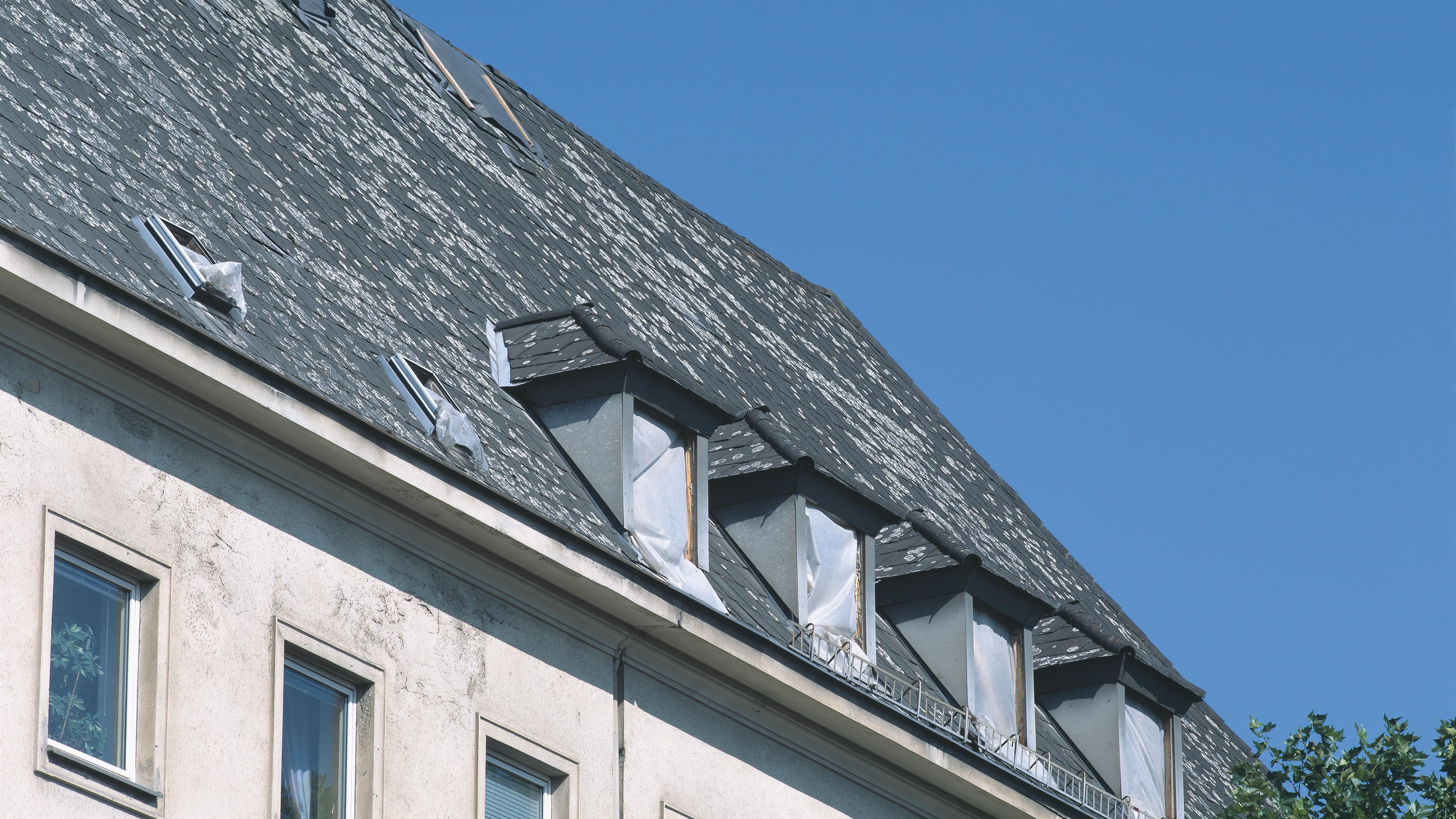 Dach mit Sanierungsbedarf