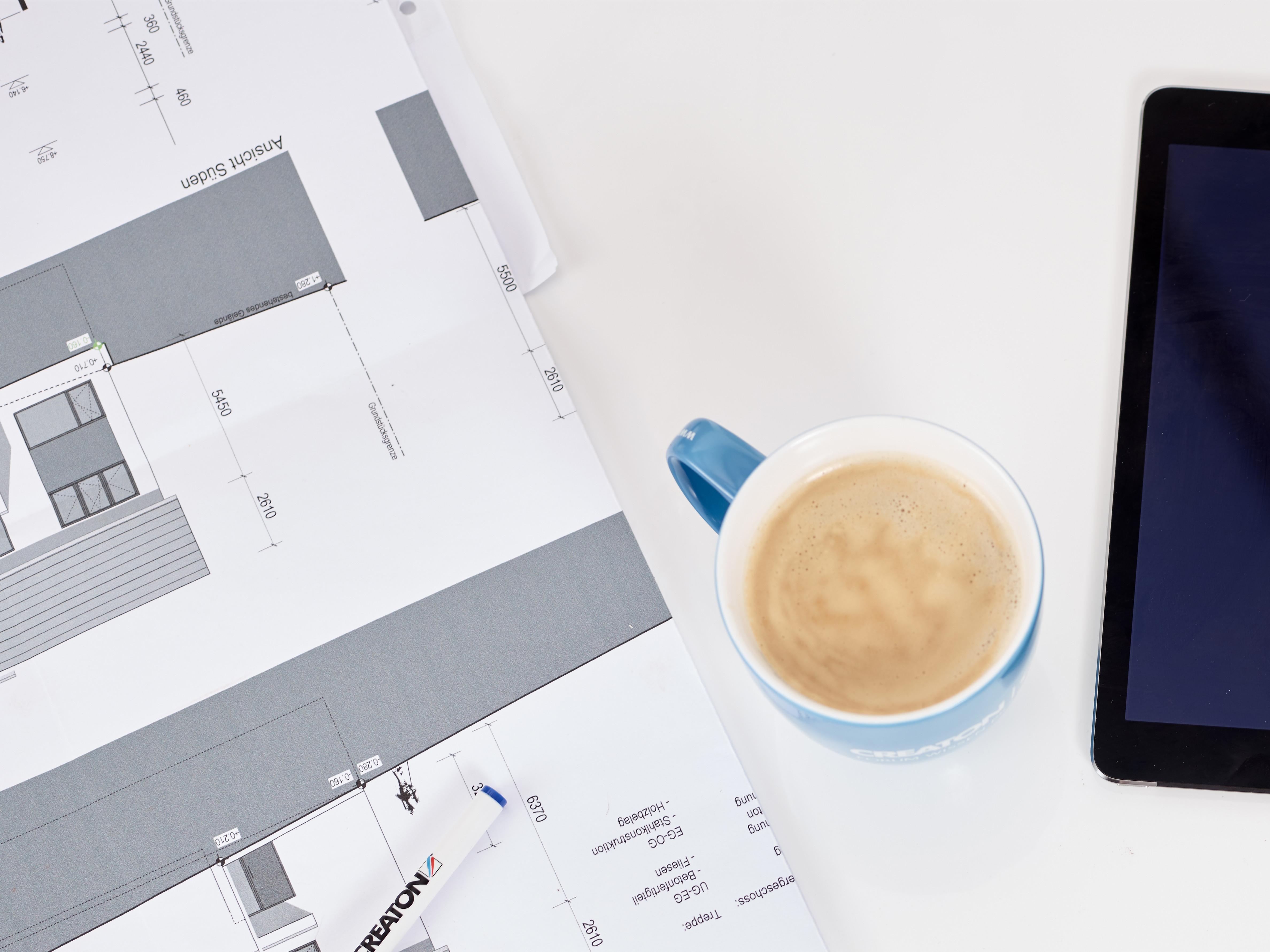 Schreibtisch mit Kaffee
