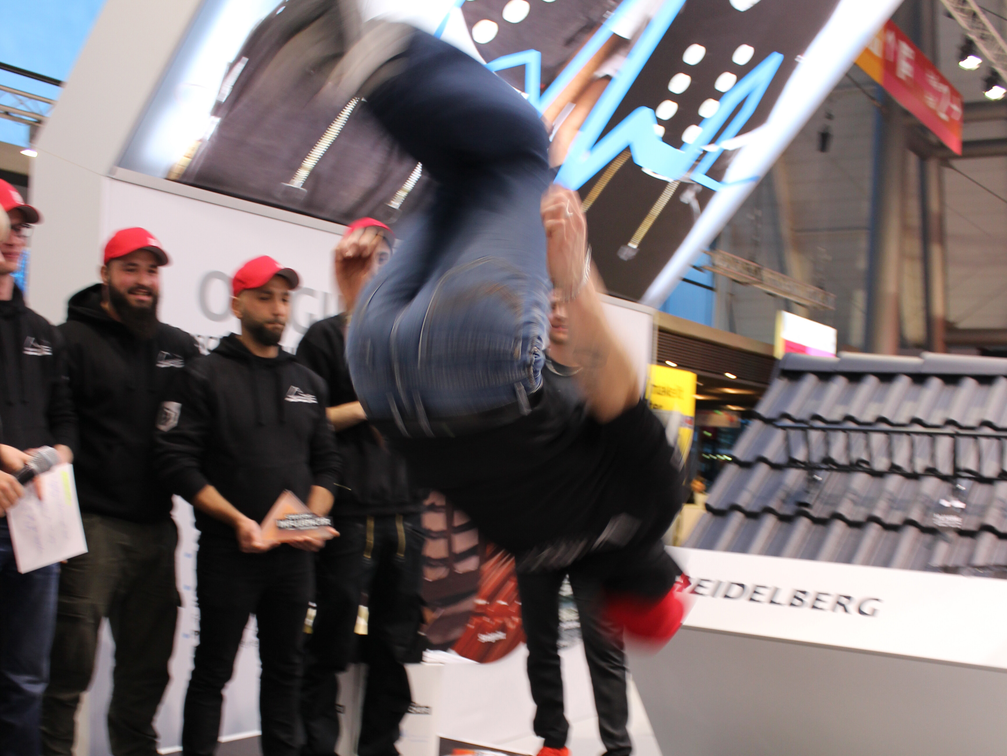 """Mit Beatboxing und akrobatischen Stunts feierte das Team von """"Dach Pro"""" den ersten Platz."""