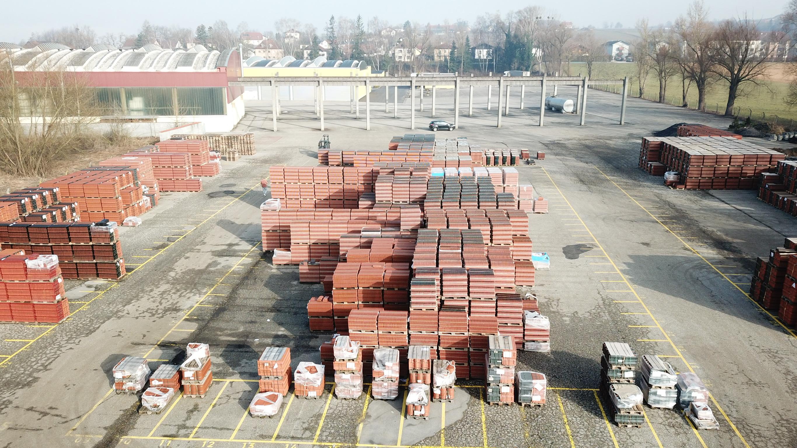 Das große Außenlager bietet viel Platz für die Ware.
