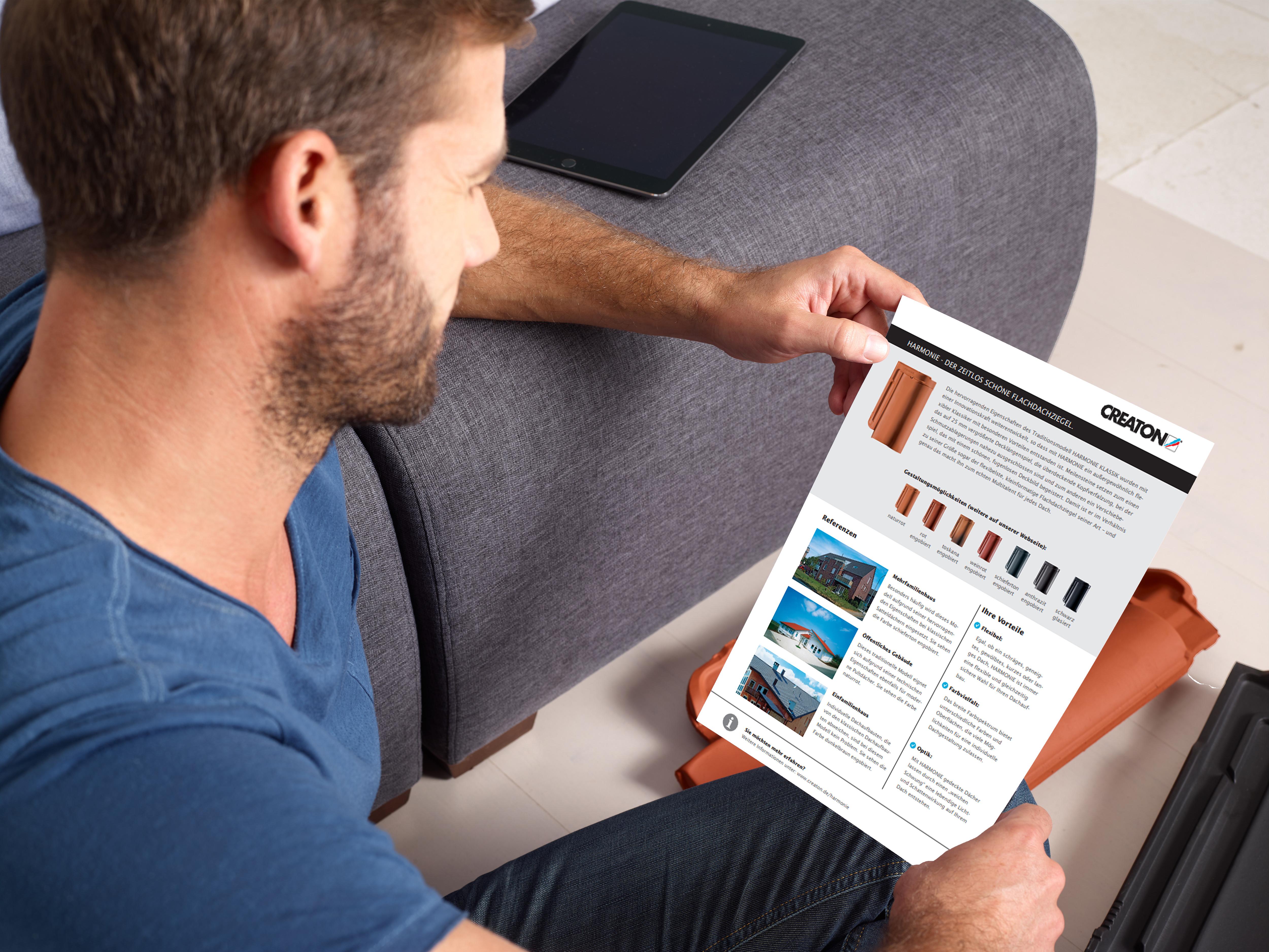 Bauherr liest Informationen zum Produkte