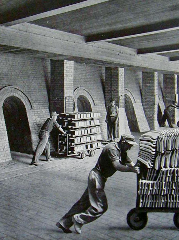 CREATON Historie - Arbeiter schieben Wägen mit Ziegel